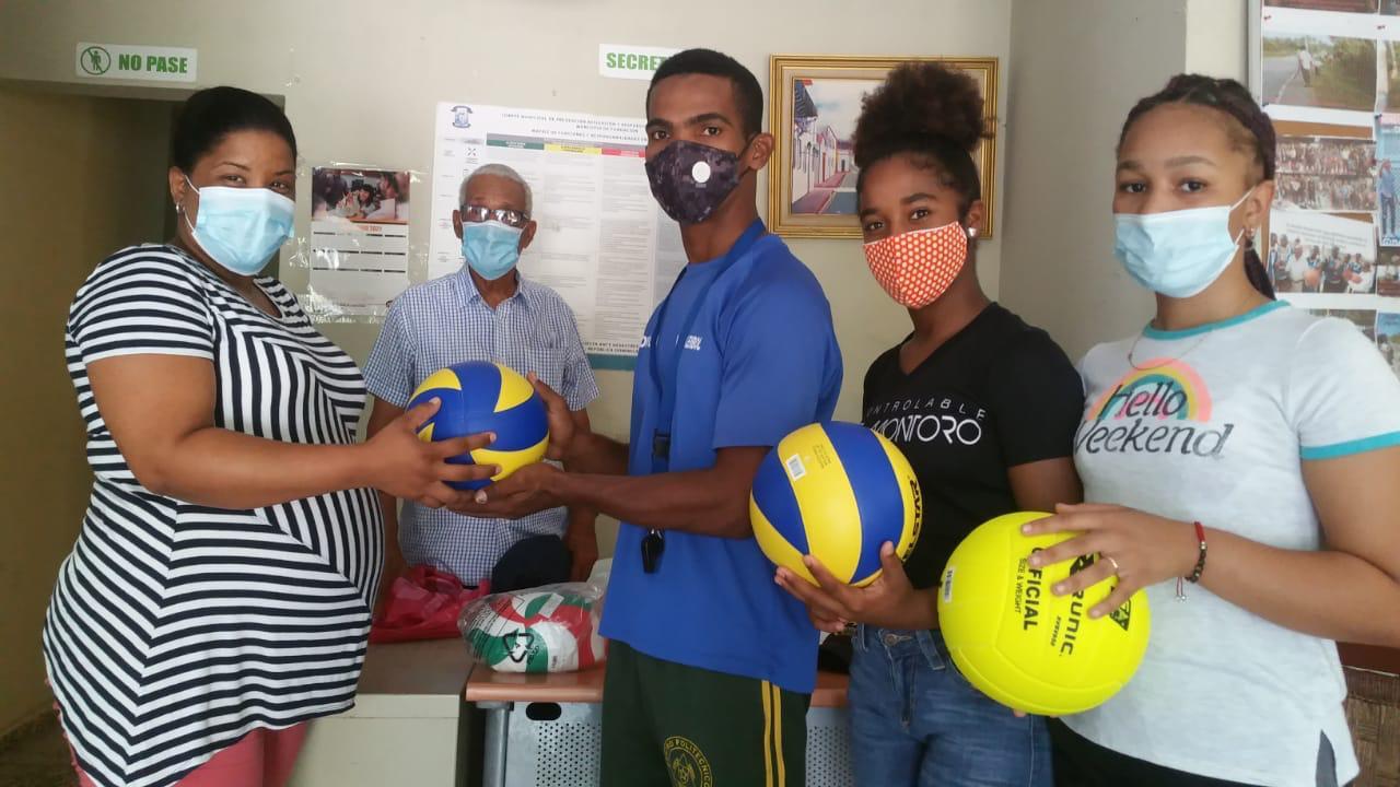 Entrega utilería a clubes de voleibol